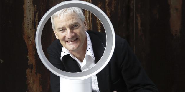 Der Ingenieur und Erfinder James Dyson praesentiert am Donnerstag, 25. Maerz 2010 in Hamburg den von ihm entwickelten fluegellosen Ventilator. (apn Photo/Axel Heimken) ------------------------------------------------------------------------------------------------------------------------------------------- Inventor and engineer James Dyson presents his newest invention, a wingless ventilator, in Hamburg, northern Germany, on Thursday, March 25, 2010.  (apn Photo/Axel Heimken)