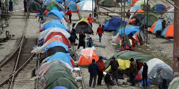 Migranten in Griechenland in der Nähe von Idomeni haben ein Lager auf Bahngleisen errichtet