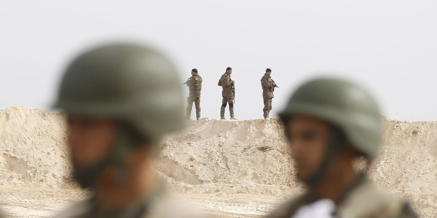 Tunisian soldiers particpate in an exercise along the frontier with Libya in Sabkeht Alyun, Tunisia February 6, 2016. Tunisia has completed a 200-km (125 mile) barrier along its frontier with Libya to try to keep out Islamist militants, and will soon install electronic monitoring systems, Defence Minister Farhat Hachani said on Saturday. REUTERS/Zoubeir Souissi
