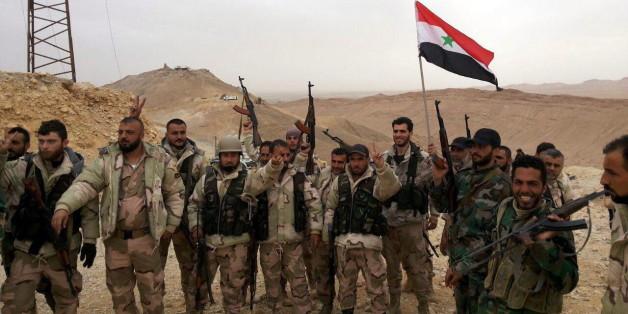 Syrische Kämpfer feiern die Rückeroberung von Palmyra
