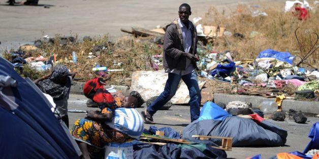 Des migrants clandestins nigériens près de leurs abris le 14 mai 2014 à Boufarik (archives)