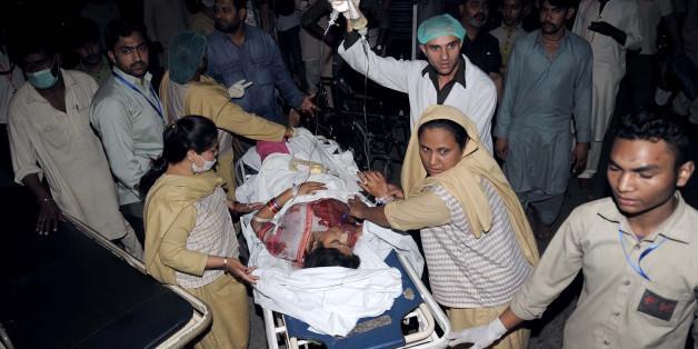 Sanitäter bergen eine Verletzte, die zum Opfer des Anschlags im pakistanischen Lahore wurde.