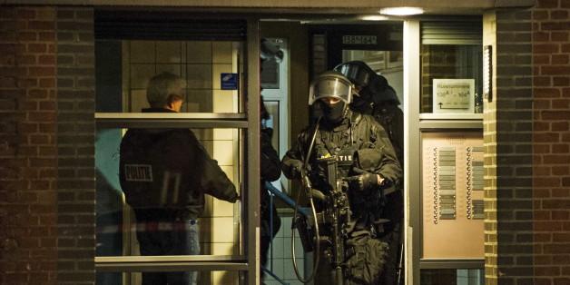 Niederländische Polizisten verlassen die Wohnung, in welcher der Terrorverdächtige festgenommen wurde