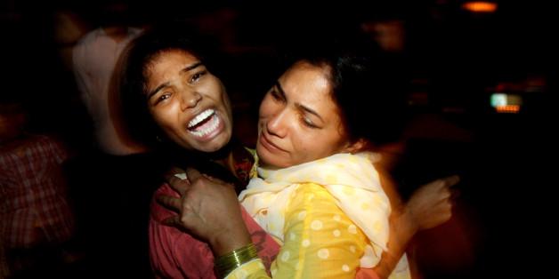 Zwei Frauen nach dem Selbstmordanschlag im pakistanischen Lahore