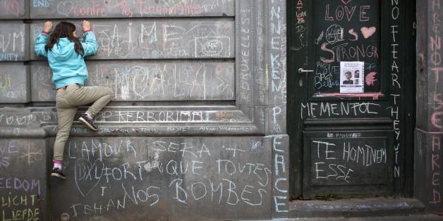 Mit Kreide haben Brüsseler an dieser Hauswand ihre Trauer nach den Anschlägen zum Ausdruck gebracht