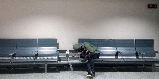 Les conditions d'hébergement des étrangers en rétention à l'aéroport Mohammed V de Casablanca ne prévoient ni couchage ni couverture.