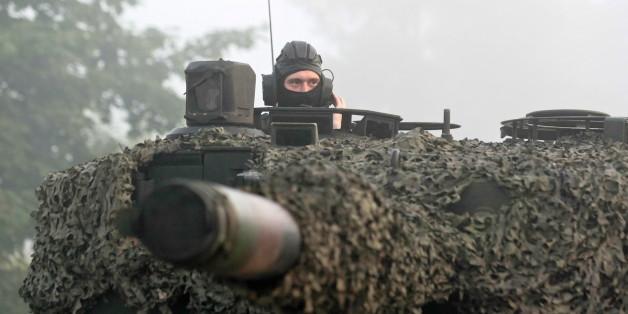 """Ein polnischer """"Leopard""""-Panzer während einer Nato-Übung"""