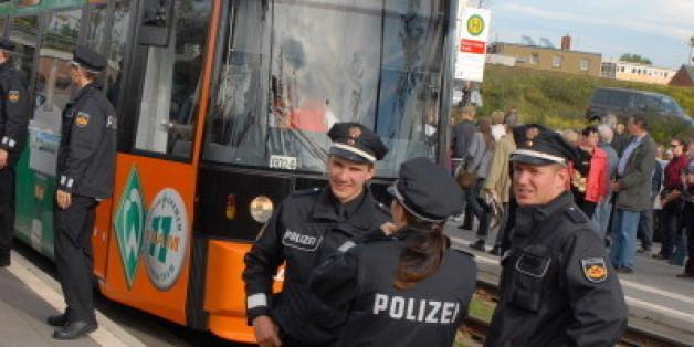 Türkische Frau wird in Straßenbahn beschimpft. Die Reaktion der Polizei ist ein Skandal
