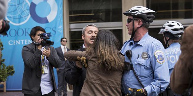 Ein Sicherheitsmann Erdogans im Gerangel mit einer Frau vor dem Brookings Institut