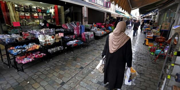 Une femme marche dans le quartier de Molenbeek