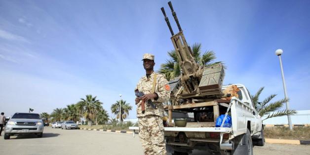 Un membre de la force chargée de la protection du  gouvernement d'Union nationale qui s'est installé à Tripoli