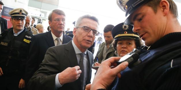 Innenminister Thomas de Maizière bei einer Polizeipräsentation am Berliner Ostbahnhof