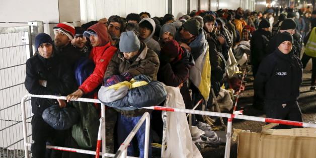 Flüchtlinge warten vor dem LAGESO in Berlin auf einen Termin