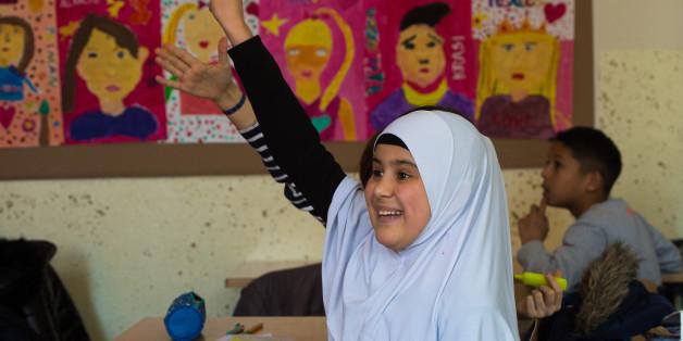 as zwölfjährige Flüchtlingsmädchen Razma meldet sich während des Unterrichts im Elly-Heuss-Knapp-Gymnasium in Duisburg