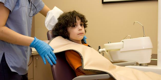So beruhigt ein Zahnarzt ängstliche Kinder