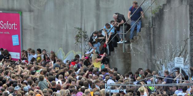 Kurz vor dem Unglück bei der Loveparade am 24.07.2010 stehen Menschen dicht gedrängt an einem Tunnelausgang in Duisburg