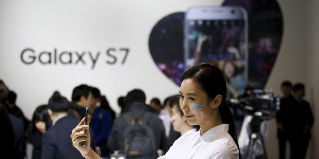 A model poses for photographs with Samsung Electronics' new smartphone Galaxy S7 during its launching ceremony in Seoul, South Korea, in this March 10, 2016 file photo.  REUTERS/Kim Hong-Ji/Files