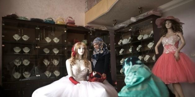 Une jeune Palestinienne regarde des robes de mariées dans une boutique à Gaza, le 5 avril 2016