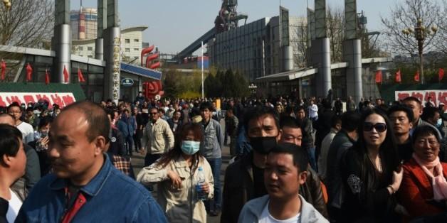 Des centaines d'ouvriers licenciés manifestent devant le siège de Guofeng Steel Company à Tangshan, province nord de la Chine, désormais contrainte de stopper sa production le 5 avril 2016