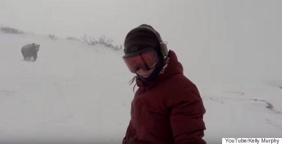 クマに追いかけられてるスノーボーダーいるし! ...日本だし!