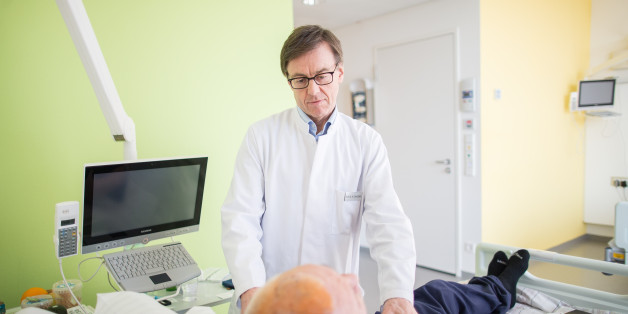 Der Hirnforscher Alfons Schnitzler untersucht einen Parkinson-Patienten