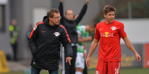 Der Leipziger Trainer Ralf Rangnick spricht während einer Spielunterbrechung mit Dominik Kaiser (Archiv)
