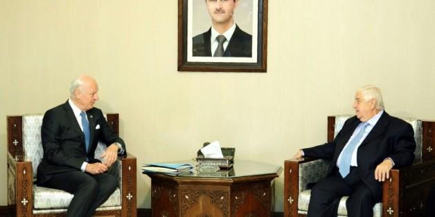 Photo diffusée par l'agence de presse officielle syrienne (SANA) montrant le chef de la diplomatie syrienne Walid Mouallem (d) et l'émissaire de l'ONU pour la Syrie Staffan de Mistura, à Damas le 11 avril 2016
