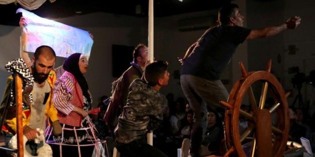 """Des acteurs syriens jouent leur pièce de théâtre """"Bateau de l'amour"""", à Amman, en Jordanie, le 3 avril 2016"""