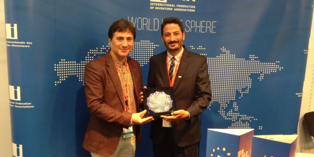 Majid El Bouazzaoui (à droite) représentant le Maroc à la Foire Internationale de Commerce d'Idées, d'Inventions et de Produits Nouveaux à Nuremberg (Allemagne) qui s'est tenue du 28 octobre au 1er novembre 2015