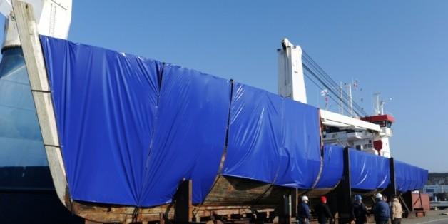 La Calypso, le mythique bateau du commandant Cousteau, est protégée par des bâches avant son départ du port de Concarneau pour la Turquie, le 14 mars 2016