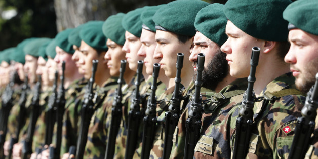 Soldiers of the honour guard of the Swiss army wait for the arrival of Swiss President and Foreign Minister Didier Burkhalter and German President Joachim Gauck, in Bern April 1, 2014. Gauck is on an official visit in Switzerland.  REUTERS/Ruben Sprich (SWITZERLAND - Tags: POLITICS MILITARY)