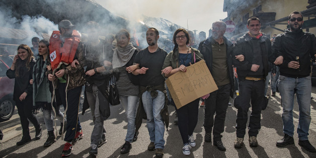 Demonstranten protestieren gegen die Schließung des Brenner für Flüchtlinge