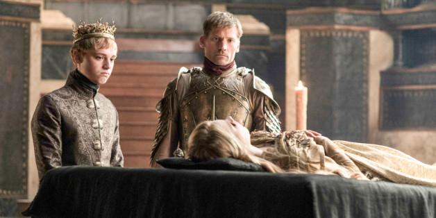 König Tommen (Leonard Rosemann), Jaime Lennister (Nikolaj Coster-Waldau) und die tote Myrcella Baratheon (Nell Tiger Free).