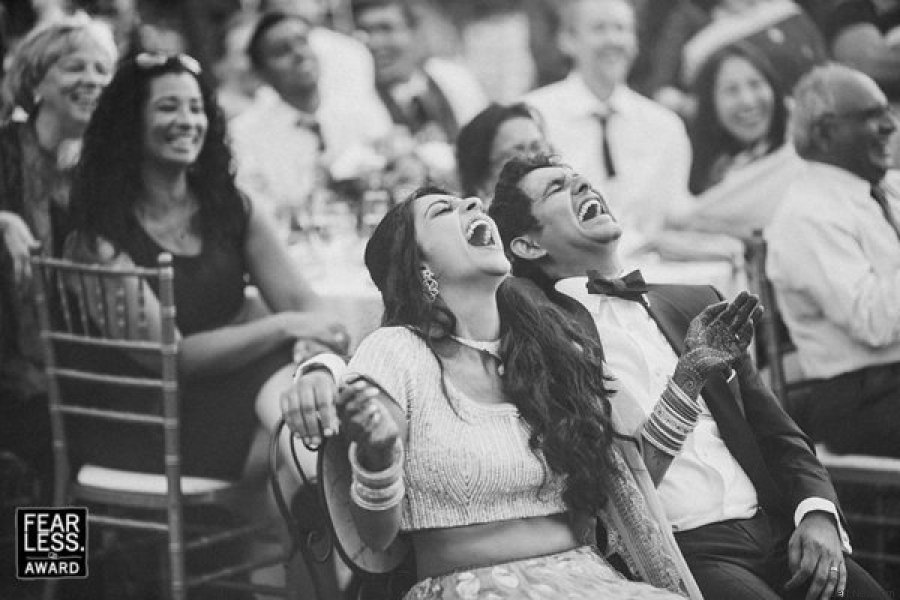 boda novios riendose