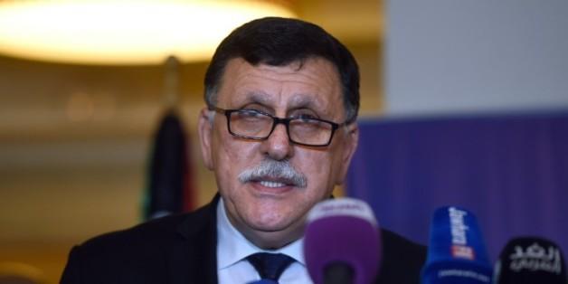 Le Premier ministre libyen Fayez al-Sarraj, ici à Tunis le 8 janvier 2016, doit recevoir le soutien des ministres des Affaires étrangères français et allemand pour appliquer l'accord de paix