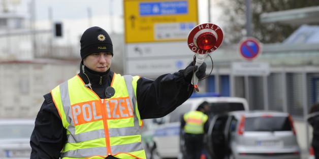 Deutsche Polizisten kontrollieren Autofahrer bei der Einreise von Strassburg nach Kehl