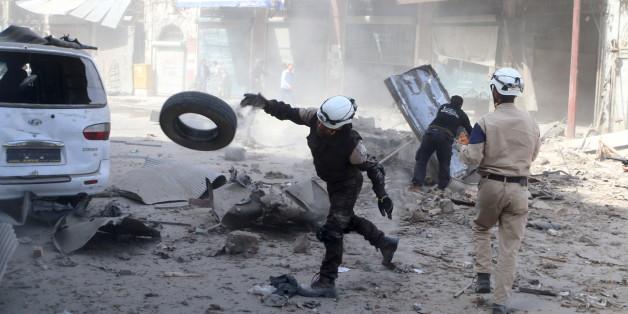Nach einem Luftangriff im Rebellengebiet von Aleppo, suchen Bewohner nach Überlebenden. REUTERS/Abdalrhman Ismail