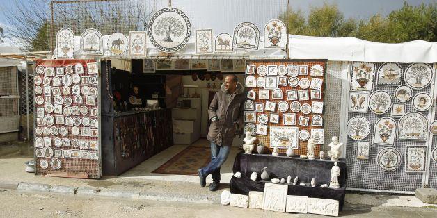 Un commerçant attend des touristes qui ne viennent pas. Les entreprises individuelles ne sont pas concernées par cette loi.
