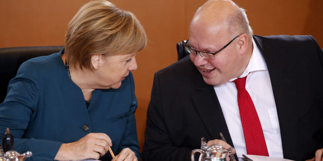 German Chancellor Angela Merkel (L) talks to Head of the Federal Chancellery Peter Altmaier during the weekly cabinet meeting at the Chancellery in Berlin, Germany, October 21, 2015. REUTERS/Fabrizio Bensch