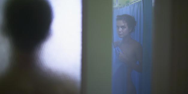 Er griff seine Frau in der Dusche an. (Symbolbild)