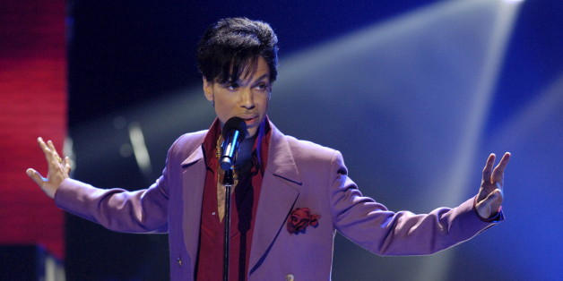 "Singer Prince performs in a surprise appearance on the ""American Idol"" television show finale at the Kodak Theater in Hollywood, California in this May 24, 2006 file photo. REUTERS/Chris Pizzello/Files"