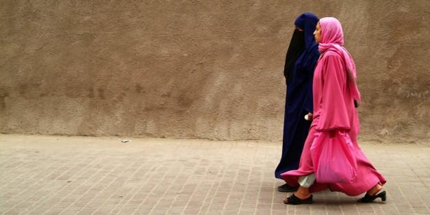 (GERMANY OUT) Zwei Muslima in einer Gasse in der Altstadt von Marrakesch. Marokko, März 2007    (Photo by JOKER / Katharina Eglau/ullstein bild via Getty Images)