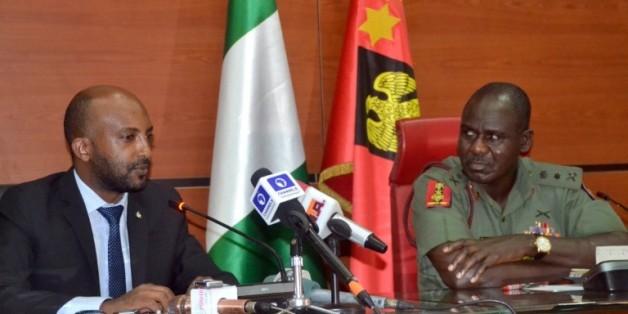 Le général Tukur Yusuf Buratai (g), chef d'état-major des armées nigérianes et Netsanet Belay (g), directeur d'Amnesty International pour la recherche et le plaidoyer en Afrique, au siège de l'armée à Abuja le 18 février 2016