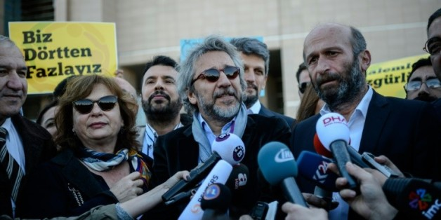 Le rédacteur en chef du quotidien turc Cumhuriyet Can Dündar (c) et le chef du bureau d'Ankara Erdem Gül (d) arrivent à leur procès au tribunal d'Istanbul le 22 avril 2016