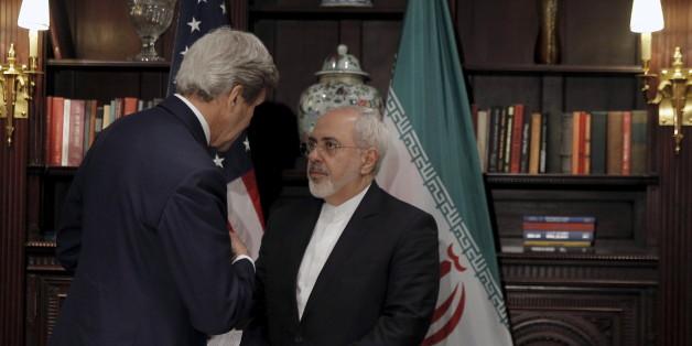 U.S. Secretary of State John Kerry (L)  meets with Iran's Foreign Minister Mohammad Javad Zarif in Manhattan, New York City, U.S., April 22, 2016.  REUTERS/Brendan McDermid