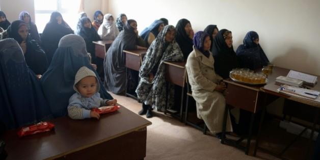 Des Afghanes assistent à un exposé sur des méthodes de contraception proposées par l'ONG britannique Marie Stopes International, le 19 mars 2016 à Mazar-i-Sharif