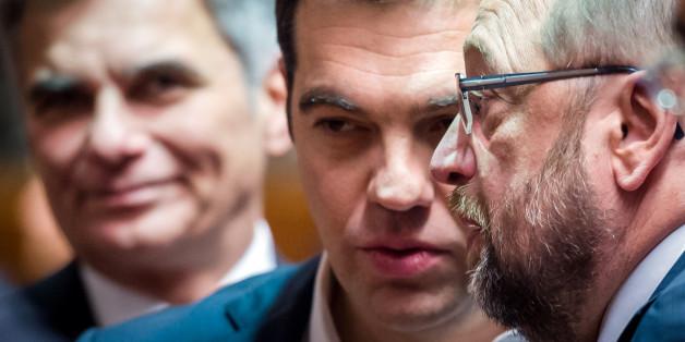Der griechische Premierminister Alexis Tsipras spricht mit dem Präsidenten des EU-Parlaments Martin Schultz