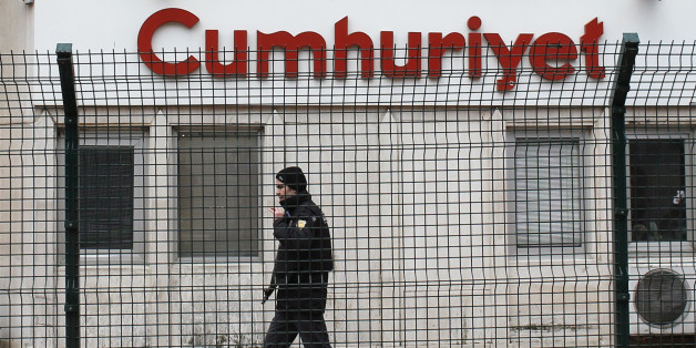 A private security employee stands guard at the entrance of daily newspaper Cumhuriyet's offices, in Istanbul January 14, 2015. Turkish police took security measures around the offices of daily newspaper Cumhuriyet after it published a four-page spread of Charlie Hebdo cartoons. REUTERS/Murad Sezer (TURKEY  - Tags: POLITICS CIVIL UNREST CRIME LAW MEDIA)