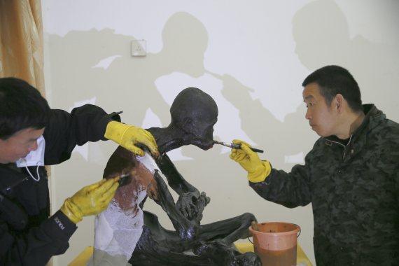 fu hou chinese monk mummified in gold