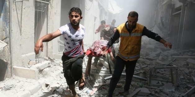 Des secours interviennent après des bombardements à Alep, en Syrie, le 29 avril 2016